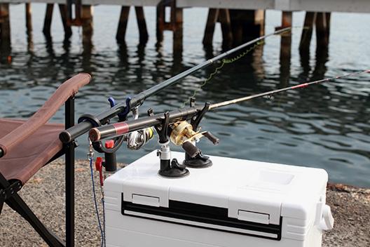 クーラーボックスに取り外し可能な吸盤式の竿置きが便利でおすすめ。