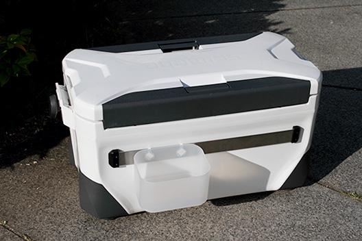 釣り用クーラーボックスにアクセサリーベースで道具も置ける様にカスタマイズ。
